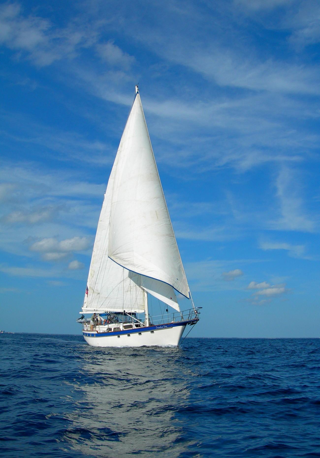 хорошо под небесами словно лодки с парусами текст