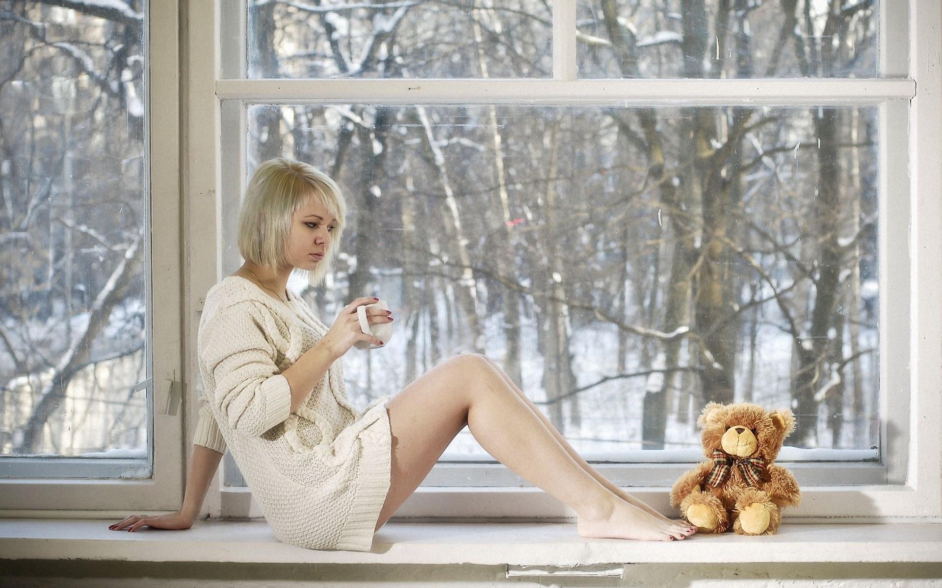 Фото девушка смотрит в окно зимой