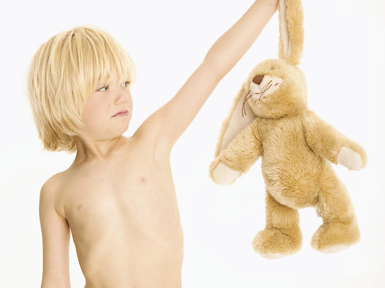 Мальчик и заяц - обои для рабочего стола.