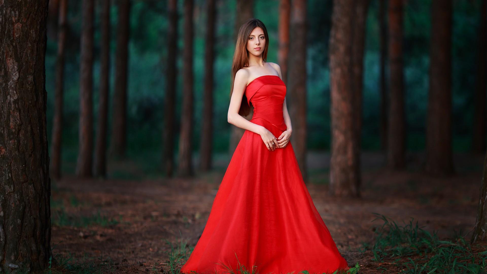 foto-zhenshini-v-krasnom-plate