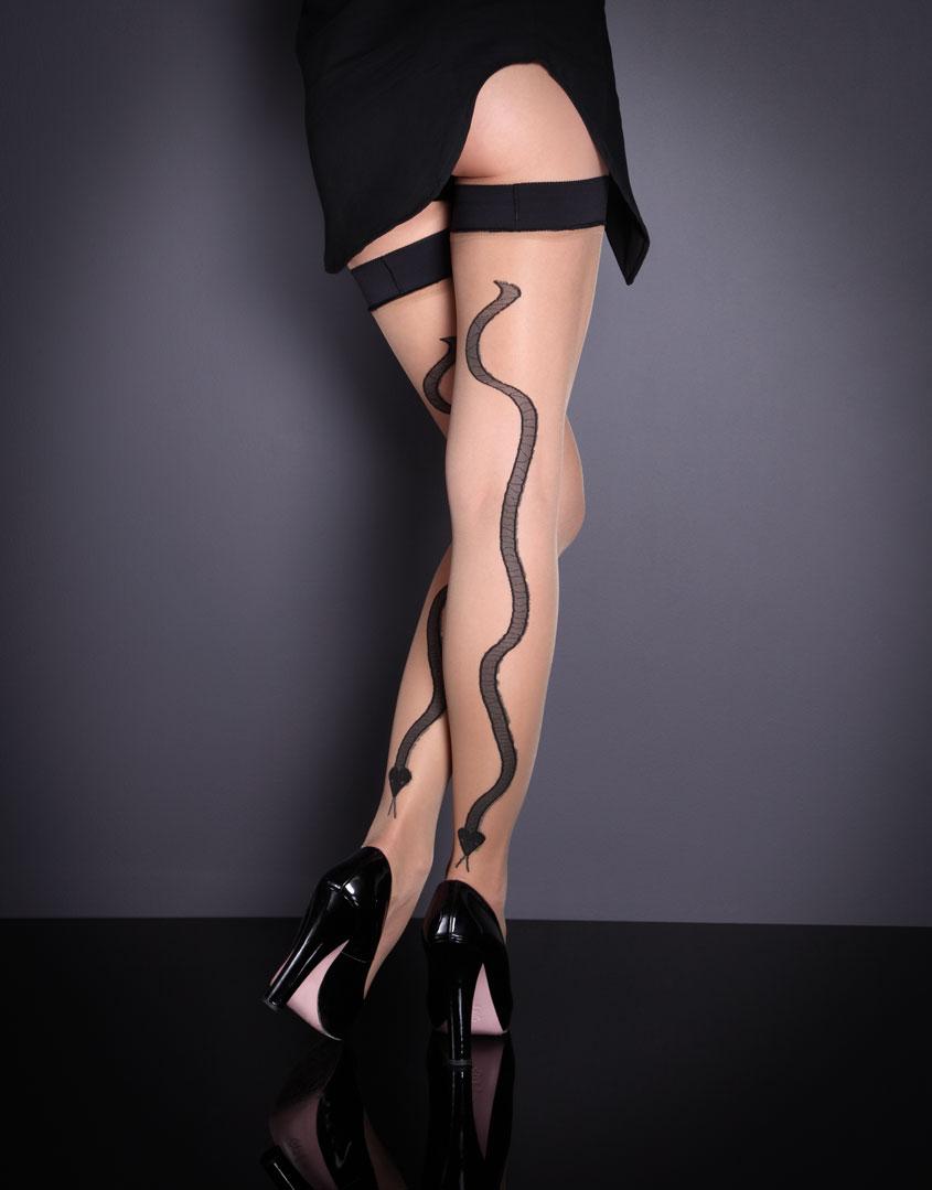 Agent Provocateur одел женские ножки в чулочки.
