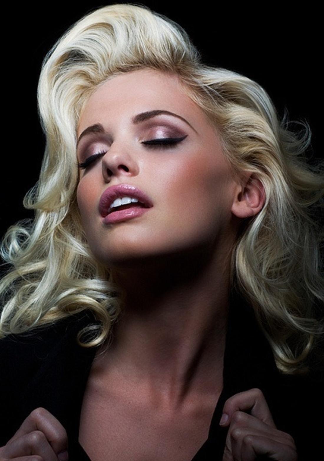 Сексуальная блондинка с некоторым удовольствием