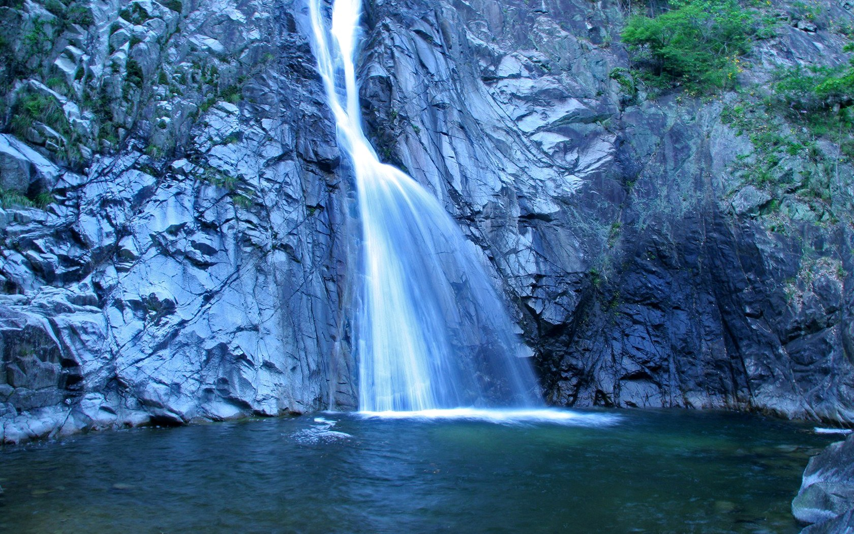 Водопад 1680 x 1050